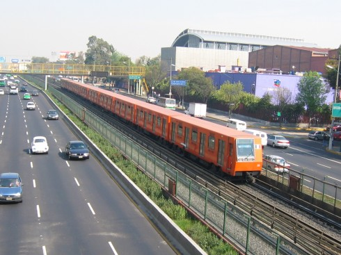 Metropolitana tra le corsie autostradali - Mexico City