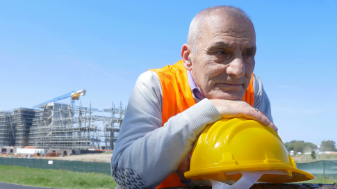portrait-of-old-worker-posing-chin-on-his-helmet_bniyfqkf__F0000.png