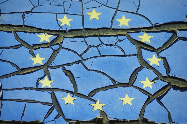 europa-bandiera-crisi-shutterstock_331741943