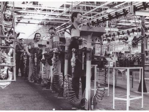 operai a lavoro nello stabilimento fiat, termoli 1981 1