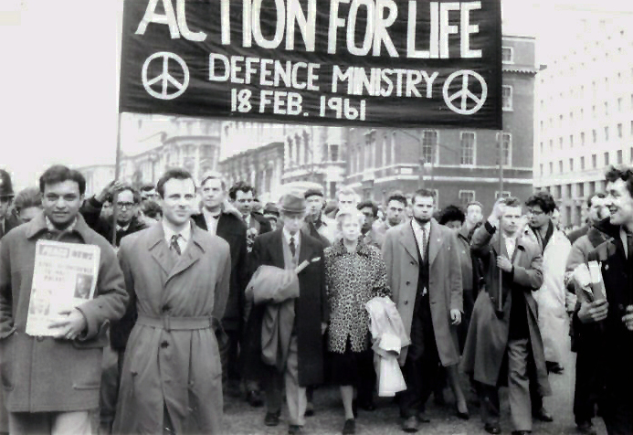 Bertrand_Russell_leads_anti-nuclear_march_in_London,_Feb_1961